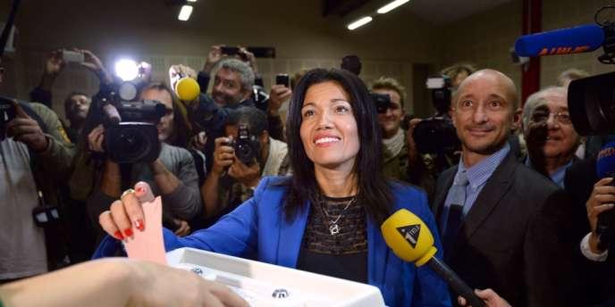 Samia Ghali vote au second tour de la primaire PS, dimanche 20 octobre à Marseille.