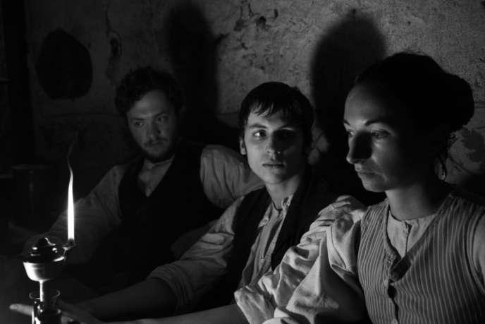 Mis à la porte du foyer par son père, Jakob (Jan Dieter Schneider, au centre) rêve d'émigrer au Brésil.