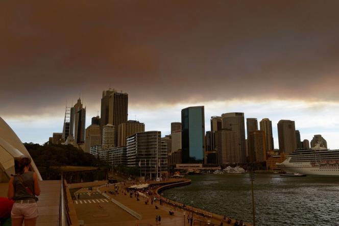 Un nuage de fumée et de cendres emplit le ciel de Sydney, le 17 octobre.