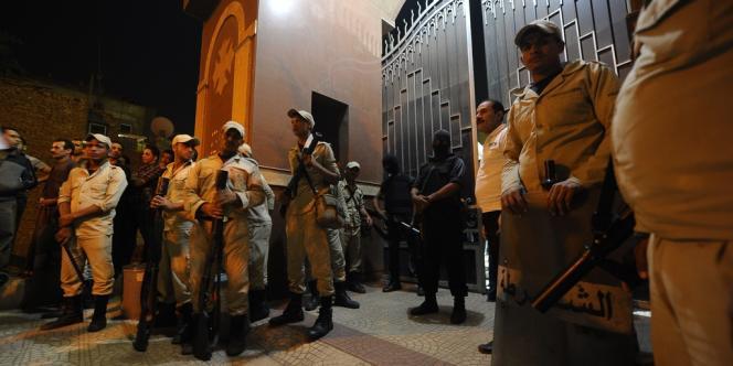 Les forces de sécurité égyptiennes se sont postées devant l'église copte où trois personnes ont été tuées par des tireurs inconnus, dimanche 20 octobre au Caire.