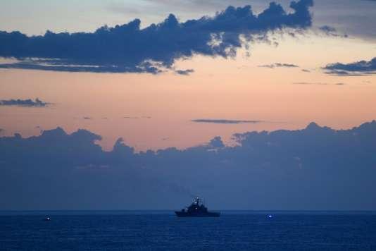 Un navire de la marine italienne au large de l'île de Lampedusa.