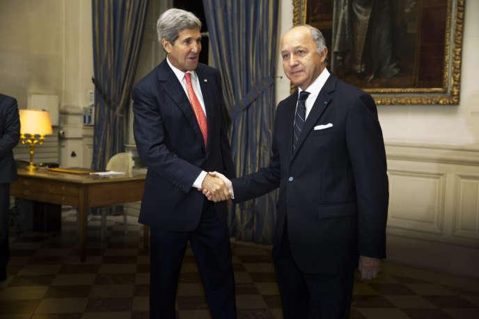 Le ministre des affaires étrangères français, Laurent Fabius et le secrétaire d'Etat américain, John Kerry, au Quai d'Orsay, à Paris, mardi 22 octobre.