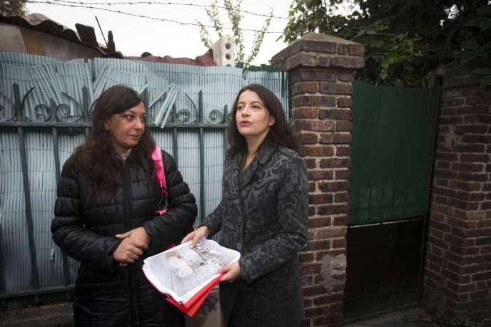 Cécile Duflot, en visite dans l'ancienne habitation d'une personne victime d'un marchand de sommeil à Vitry-sur-Seine, le 18 octobre. Le Sénat débute, mardi 22 octobre, l'examen du projet de loi pour l'accès au logement et un urbanisme rénové.