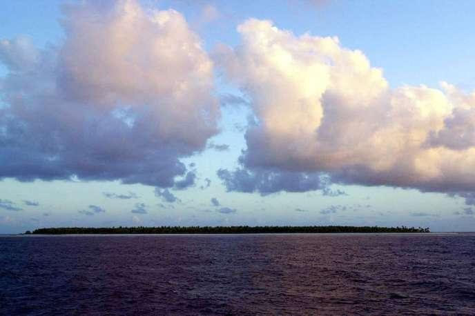 Une île des Kiribati, particulièrement vulnérable à la montée des eaux du fait de sa faible altitude. Une île des Kiribati, particulièrement vulnérable à la montée des eaux du fait de sa faible altitude.  