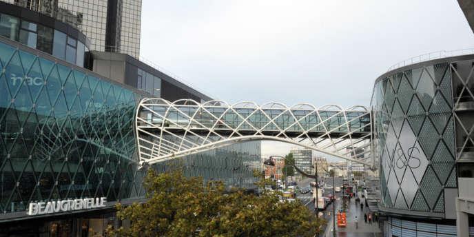 Un consortium rachète le centre commercial parisien pour un prix record de 690 millions d'euros.