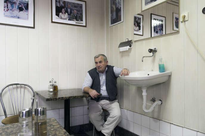 Omer Spahic, bosniaque, est revenu en 1999 à Srebrenica. Son restaurant est l'un des seuls à accueillir aussi bien des Serbes que des Bosniaques.