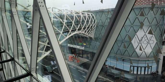 Le centre commercial Beaugrenelle a été conçu avec trois îlots, dont les deux principaux sont reliés par une passerelle et ont vue sur la Seine.