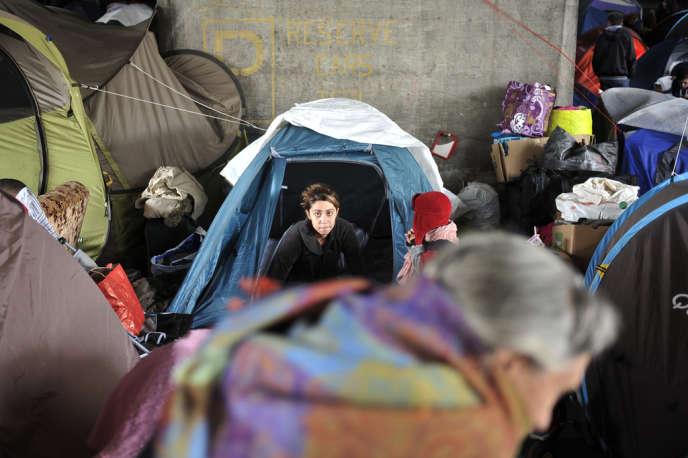 Des demandeurs d'asile albanais sous un pont à Lyon en 2013.
