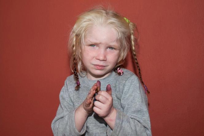 La jeune fille, âgée de 5 à 6 ans, selon l'examen de ses dents. Photo fournie par la police grecque.