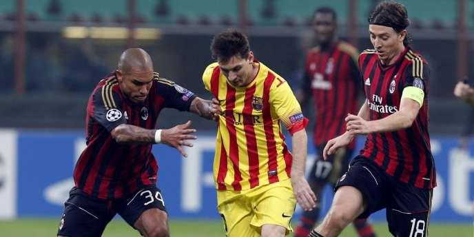 Leo Messi entouré de Riccardo Montolivo (droite) and Nigel De Jong (gauche), le 22 octobre.