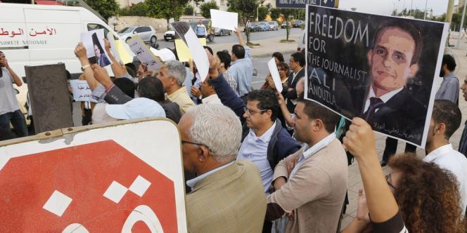Quelques dizaines de personnes ont participé à un sit-in à Salé, ville jumelle de Rabat, en soutien à Ali Anouzla, arrêté le 17 septembre à la suite de la diffusion d'un article sur une vidéo d'AQMI.
