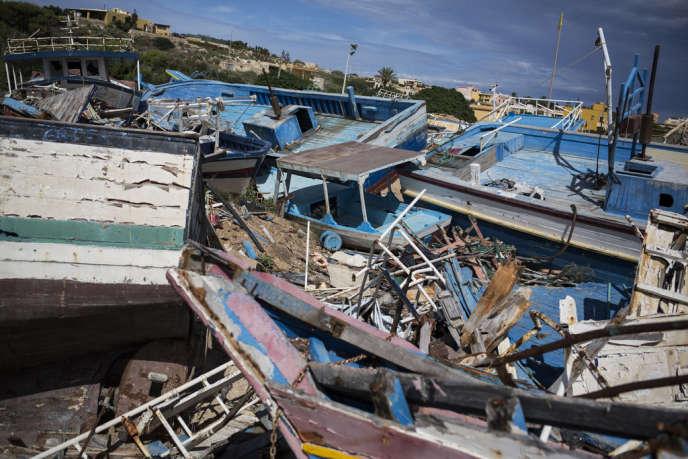 Le port de l'île de Lampedusa, devenu un cimetière de bateaux de migrants.