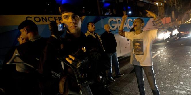 La femme d'Amarildo de Souza face à des policiers, le 14 août, lors d'une manifestation réclamant la vérité sur le sort de son mari.