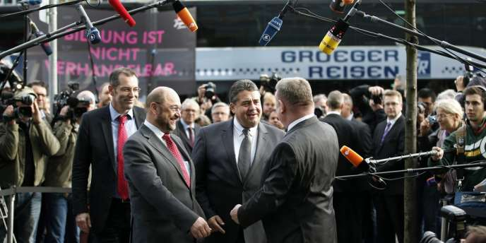 Le président (SPD) du Parlement européen, Martin Schulz, et le chef des sociaux-démocrates, Sigmar Gabriel, arrivent au siège de la CDU, le 23 octobre 2013, à Berlin, pour les discussions sur la coalition.
