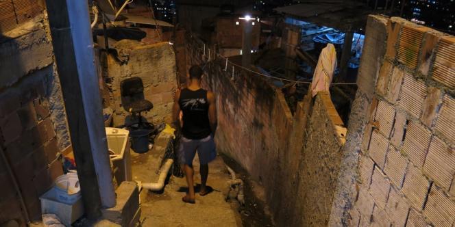 Le fils d'Amarildo de Souza, le 1er octobre, dans une rue de la Rocinha, près du domicile familial.