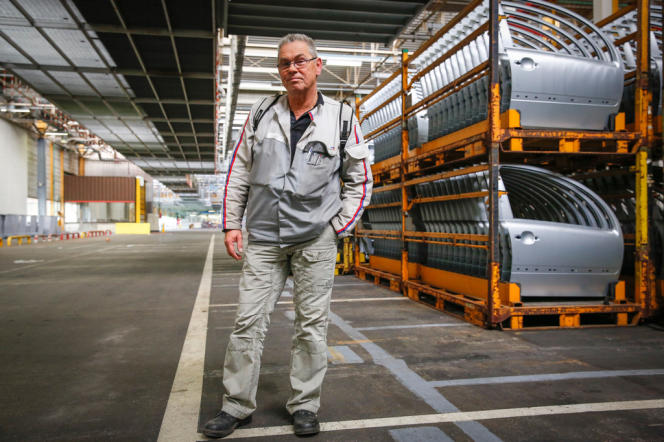 Jacques Gibert, ouvrier de 54 ans, pose devant dernière Citroën C3 construite avant la fermeture de l'usine PSA Peugeot-Citroën d'Aulnay-sous-Bois.