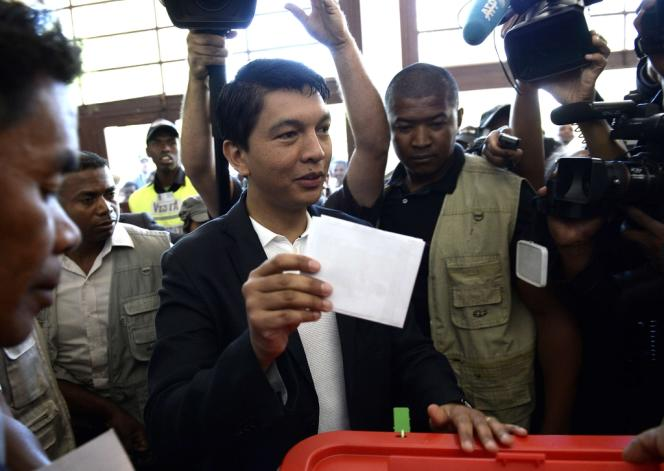 Le président Andry Rajoelina vote, le 25 octobre à Antananarivo.