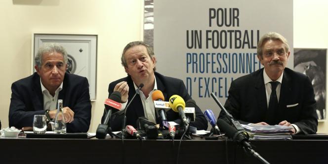 Le président de l'UCPF Jean-Pierre Louvel (au centre), au côté du vie-président de Saint-Etienne Bernard Rizzo (à gauche) et du président de la Ligue professionnelle de football Frédéric Thiriez, le 24 octobre.