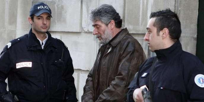Georges Ibrahim Abdallah quitte la cour d'appel de Pau, le 18 février 2010.