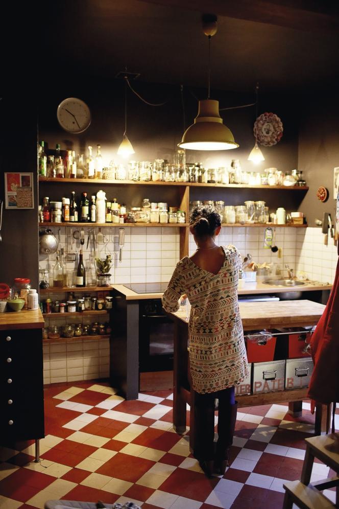 Dans sa cuisine familiale, Kaori Endo aime que les épices, les condiments, les sauces soient à portée de main.