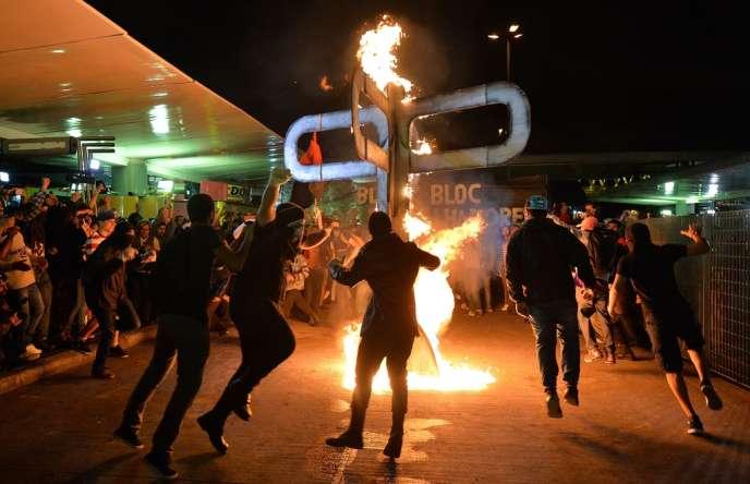Une manifestation en faveur de la gratuité des transports publics pour les étudiants a dégénéré à Sao Paulo, vendredi 25 octobre.
