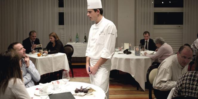 A la fin du repas, Jean His, chef des cuisines pour un soir, recueille les impressions des clients du 28.