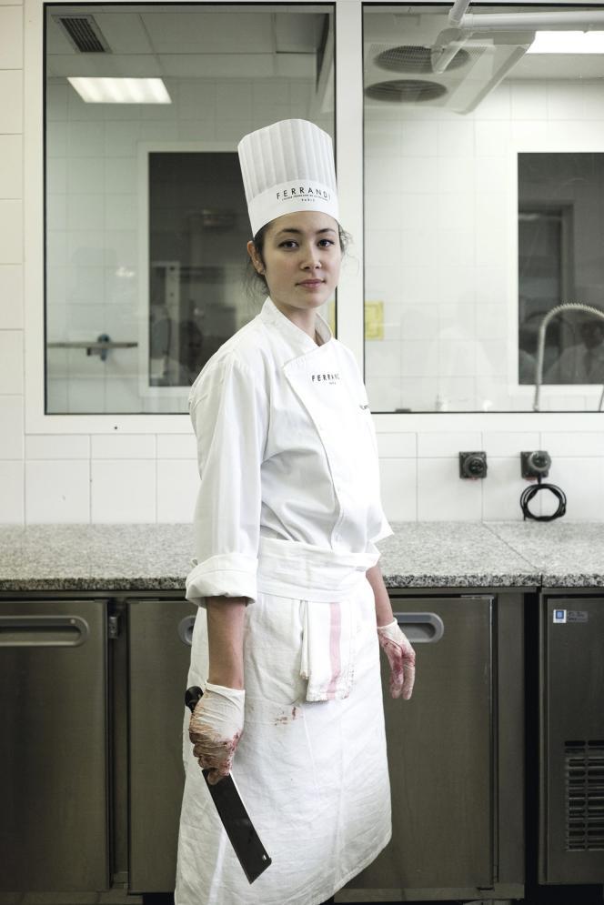 Alice Kamioka, étudiante en Bachelor lors d'un cours de préparation de gibier.