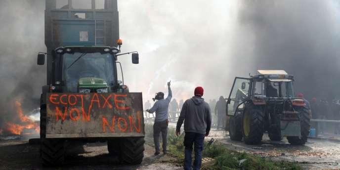 Plusieurs centaines de manifestants affrontaient les forces de l'ordre aux pieds d'un portique écotaxe à Pont-de-Buis, dans le Finistère.