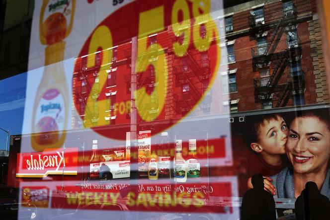 La vitrine d'une épicerie à New York en septembre. Pour l'écrivain Hans Magnus Enzensberger, la réclame, autrefois un peu envahissante, sert aujourd'hui la surveillance totale du monde global.