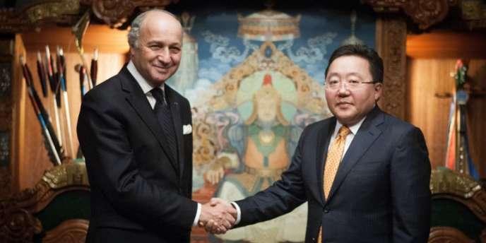Le ministre des affaires étrangères Laurent Fabius et le président mongol Elbegdorj Tsakhia, le 26 octobre à Oulan Bator.