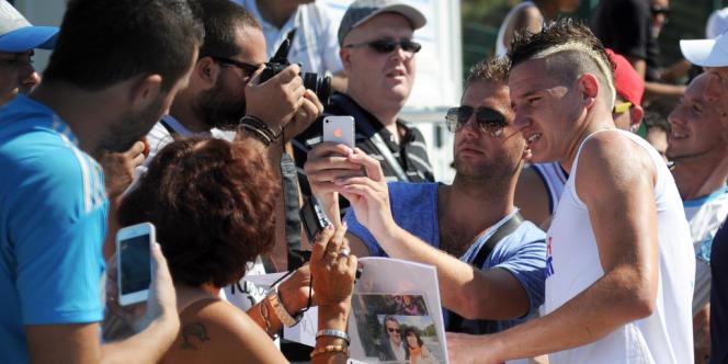 Florian Thauvin au milieu des supporteurs marseillais, le 4 septembre 2013.