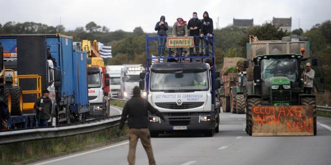 Une manifestation contre l'écotaxe en Bretagne, le samedi 26 octobre, aux abords du dernier des trois portiques écotaxe du Finistère encore en état de fonctionner.