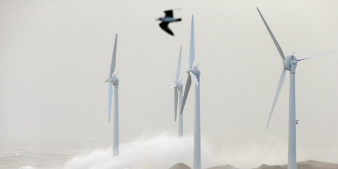 Les vagues formées par la tempête Christian s'abattent sur des éoliennes à Boulogne-sur-Mer (Pas-de-Calais), en octobre 2013.
