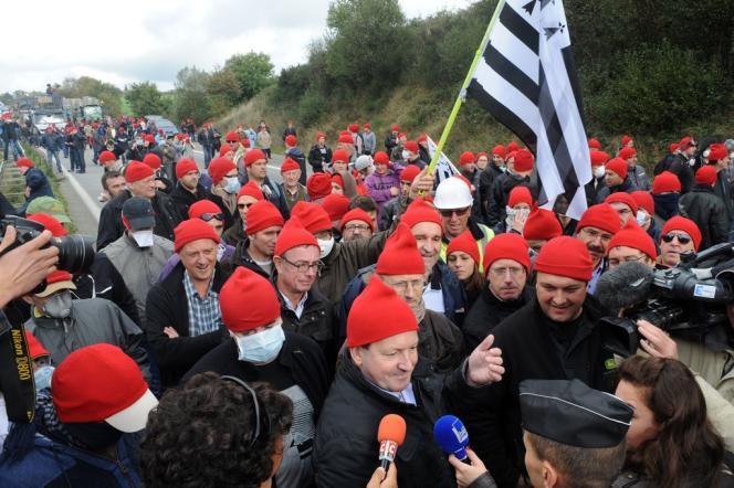 Des manifestants contre le portique à écotaxe de Pont-de-Buis (Finistère), aux prises avec les forces de l'ordre, samedi 26 octobre.