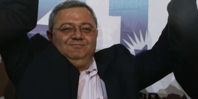 Dimanche 27 octobre 2013, à Tbilissi, le président du Parlement géorgien, David Usupashvili, félicite Guioirgui Margvelashvili (à gauche), vainqueur de la présidentielle géorgienne dès le premier tour, et l'ancien premier ministre Bidzina Ivanishvili (à doite) dont le nouveau président élu est le protégé.