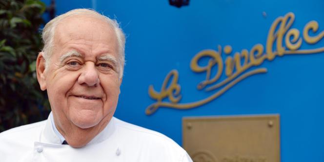 Le chef Jacques Le Divellec devant son restaurant du 7e arrondissement de Paris.