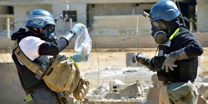 Des inspecteurs de l'ONU examinent les débris liés à une attaque chimique présumée dans la région de Damas, fin août.