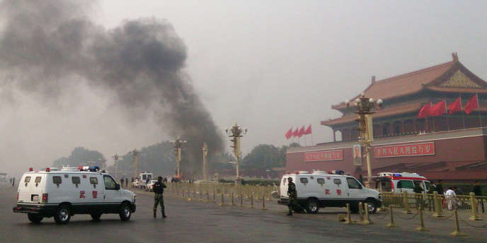 La place Tiananmen, à Pékin, a été évacuée après qu'un véhicule a percuté plusieurs personnes avant de prendre feu, le 28 octobre. Cinq personnes sont mortes, dont deux touristes.