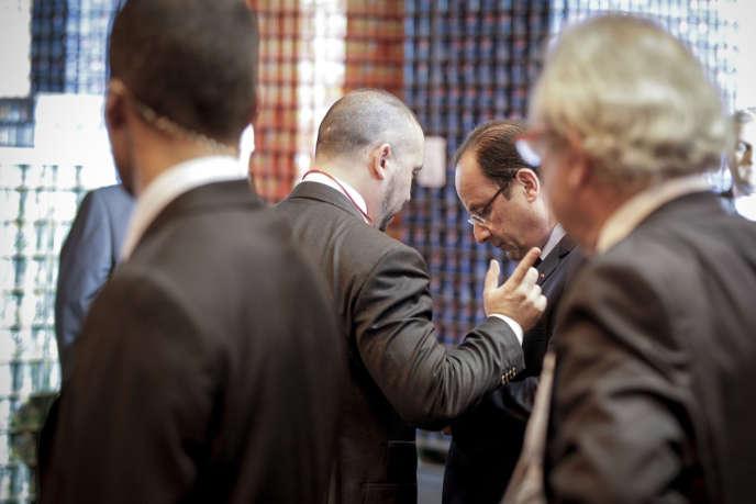 François Hollande avec son conseiller communication, Christian Gravel, lors d'un déplacement en Meurthe-et-Moselle, le 26 septembre.