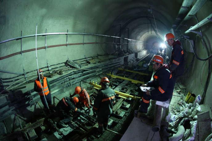 Des ouvriers travaillent dans le tunnel Marmaray sous le détroit du Bosphore en Turquie, qui doit être inauguré mardi 29 octobre.