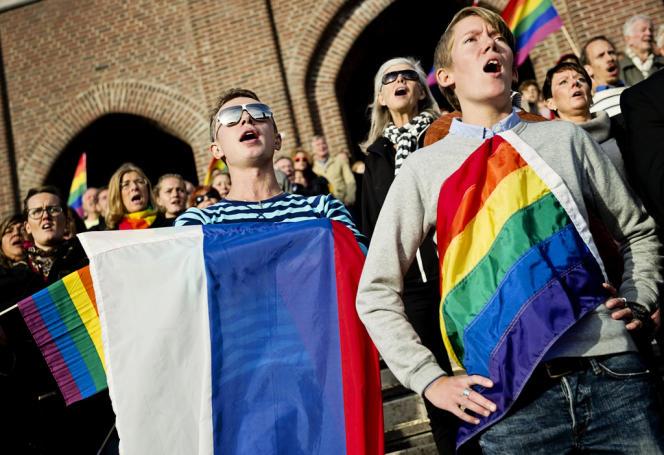Des manifestants chantent l'hymne national russe devant le stade olympique de Stockholm en solidarité avec les homosexuels russes, le 6 octobre.