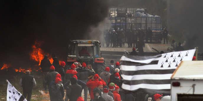 Manifestation à Pont-de-Buis, le 26 octobre, d'agriculteurs bretons contre l'écotaxe poids lourds.