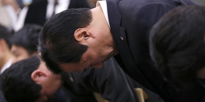 Yasuhiro Sato, directeur général de la banque Mizuho, a reconnu être au courant depuis trois ans de prêts portant sur l'équivalent de 1,5 million d'euros aux yakuzas.
