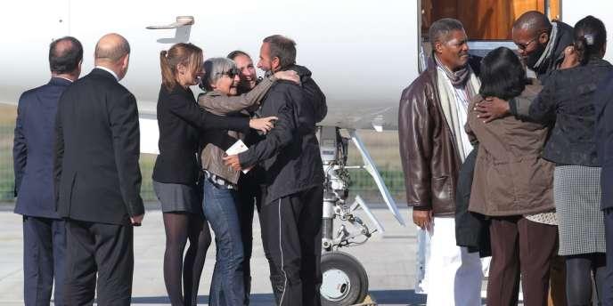 L'arrivée des ex-otages à l'aéroport de Villacoublay, mercredi 30 octobre.