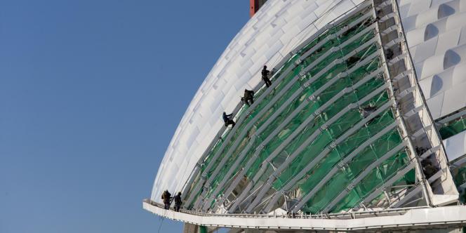 Des ouvriers finissent le travail sur le dôme du stade Fischt, le 8 octobre.
