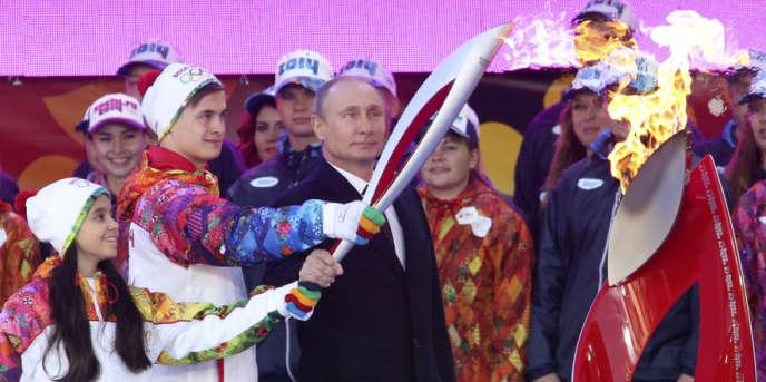 Pour Vladimir Poutine, ici lors du lancement de la flamme olympique à Ekaterinbourg, le 6 octobre, Sotchi 2014 est le
