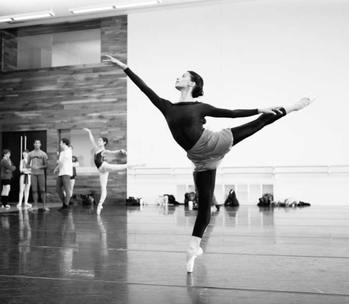 Seize danseurs du Houston Ballet, sous la houlette de Stanton Welch, sont sur scène, accompagnés de Lang Lang au piano.