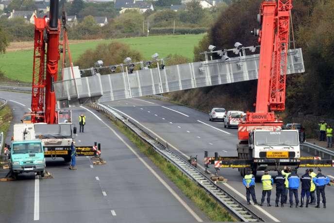 Le portail de Pont-de-Buis (Finistère) destiné à l'instauration de l'écotaxe poids lourds en janvier a été démonté jeudi 31 octobre par crainte de nouvelles actions violentes.