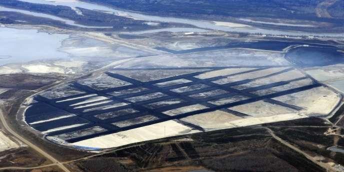Site d'exploitation de sables bitumineux près de Fort McMurray, dans le nord de la province d'Alberta au Canada.