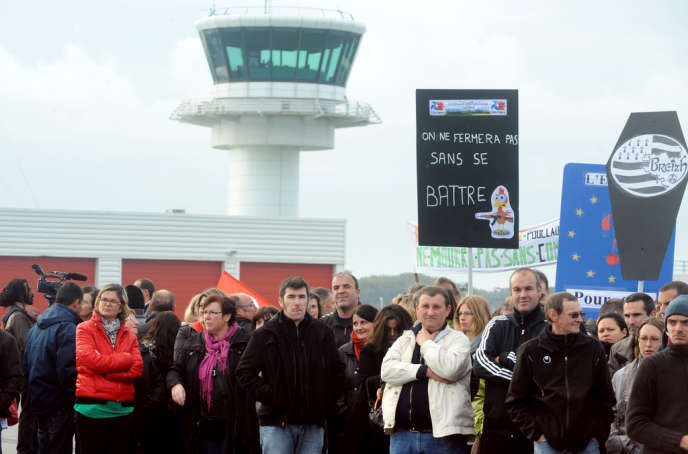 Des travailleurs de Doux, Tilly-Sabco, Marine Harvest et Gad protestant contre les suppressions d'emplois dans l'agroalimentaire breton, sur le tarmac de l'aéroport de Brest, le 14 octobre.
